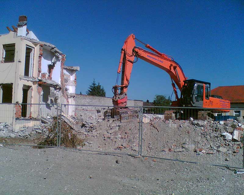Rückbau-mit-Abbruchzange,-Gemeindehaus-Brunnthal